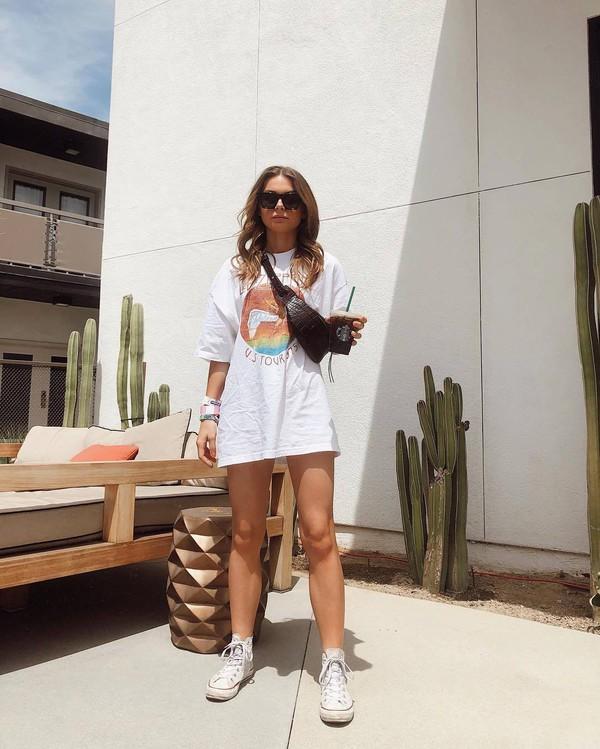 top white t-shirt sneakers converse belt bag