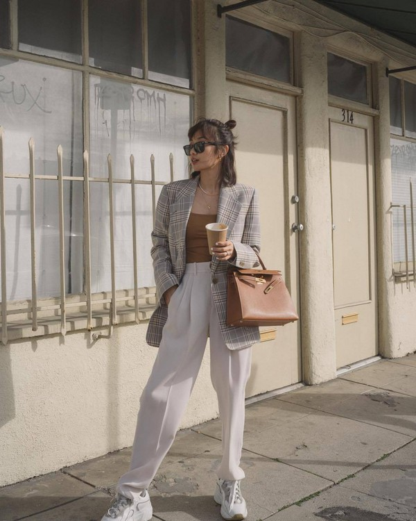 pants high waisted pants pleated white pants white sneakers brown bag plaid blazer top