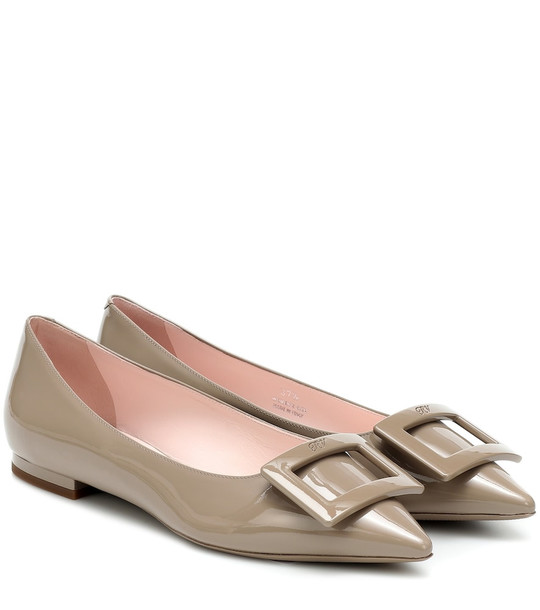 Roger Vivier Gommettine Ball leather ballet flats in beige