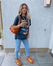 jeans,cropped jeans,skinny jeans,slide shoes,black t-shirt,shoulder bag