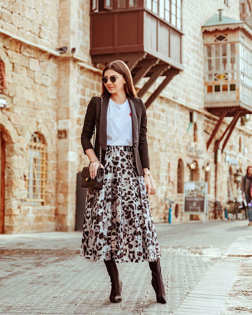 skirt pleated skirt leopard print brown boots knee high boots brown bag white t-shirt blazer