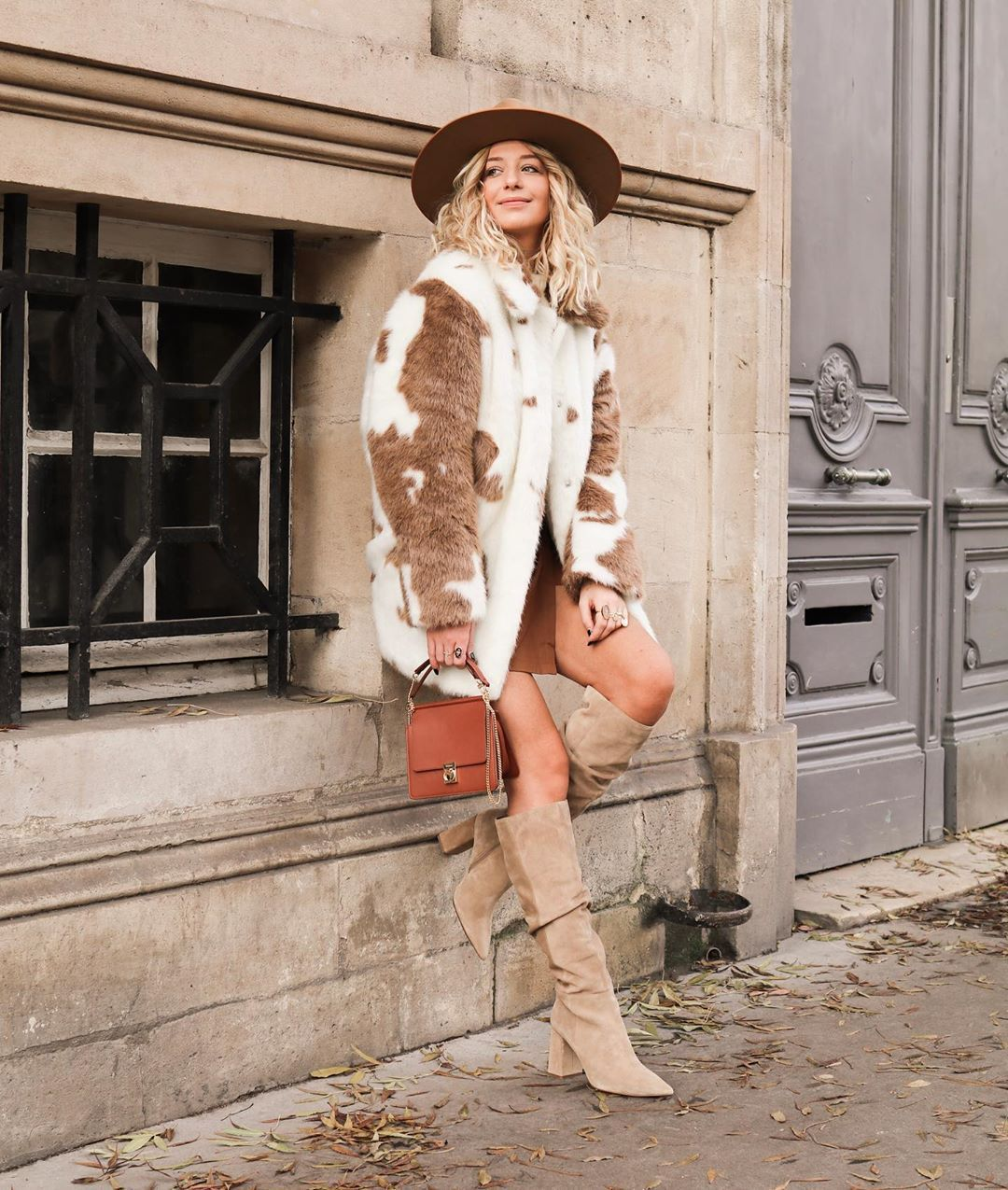 jacket faux fur jacket h&m knee high boots suede boots brown bag mini skirt hat