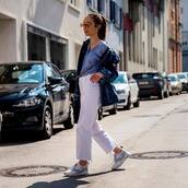 jeans,wide-leg pants,cropped jeans,white jeans,sneakers,denim jacket,blue shirt,crossbody bag