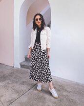 skirt,black skirt,floral skirt,white sneakers,white jacket,denim jacket,black t-shirt