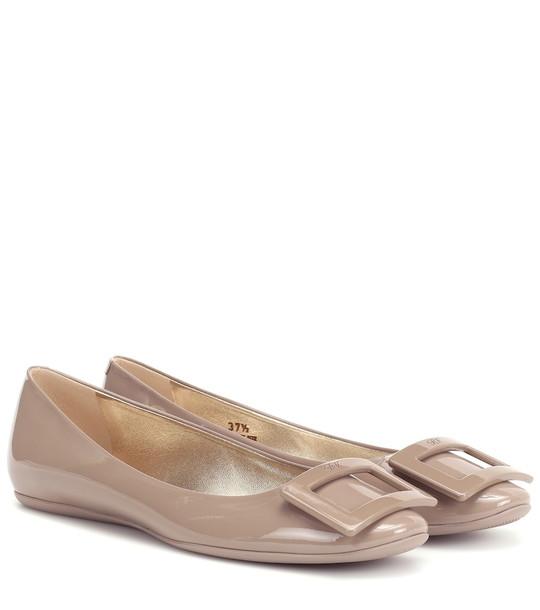Roger Vivier Gommette patent leather ballet flats in beige