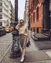 skirt,midi skirt,leopard print,white sneakers,black bag,shoulder bag,beige sweater,knitted sweater