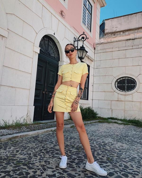 skirt mini skirt high waisted skirt crop tops set white sneakers