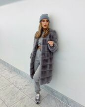 coat,grey coat,joggers,sneakers,cropped sweater,beanie