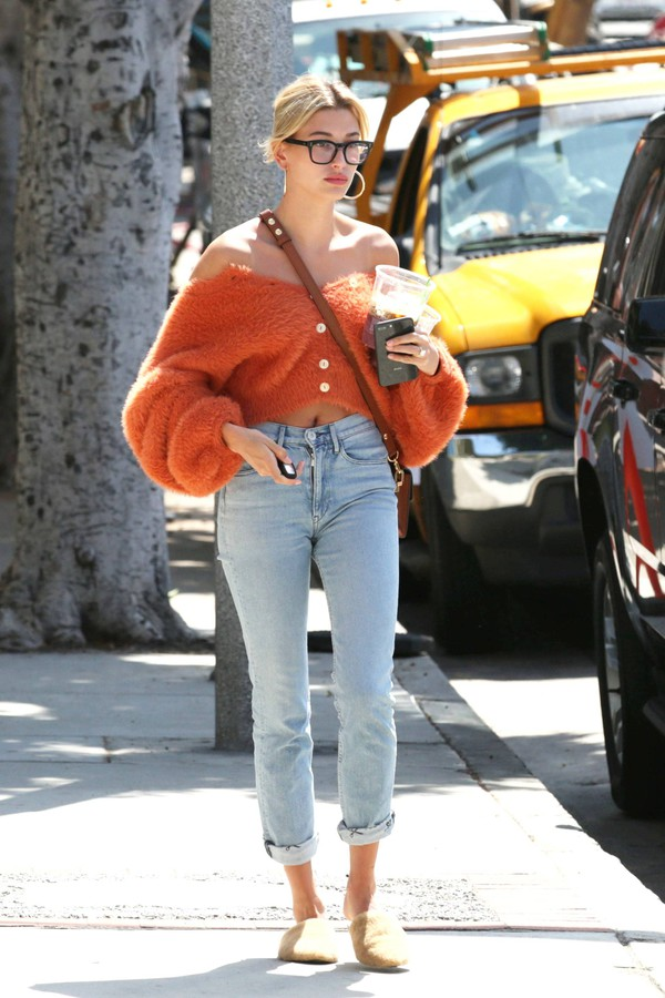 sweater denim jeans streetstyle spring outfits cardigan hailey baldwin model off-duty