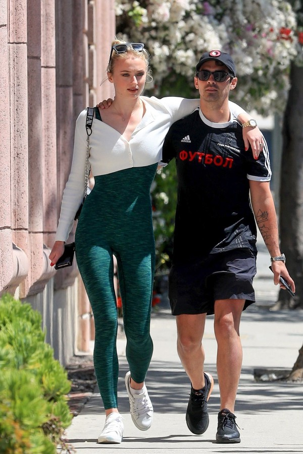 pants sophie turner celebrity sportswear sporty leggings sneakers streetstyle