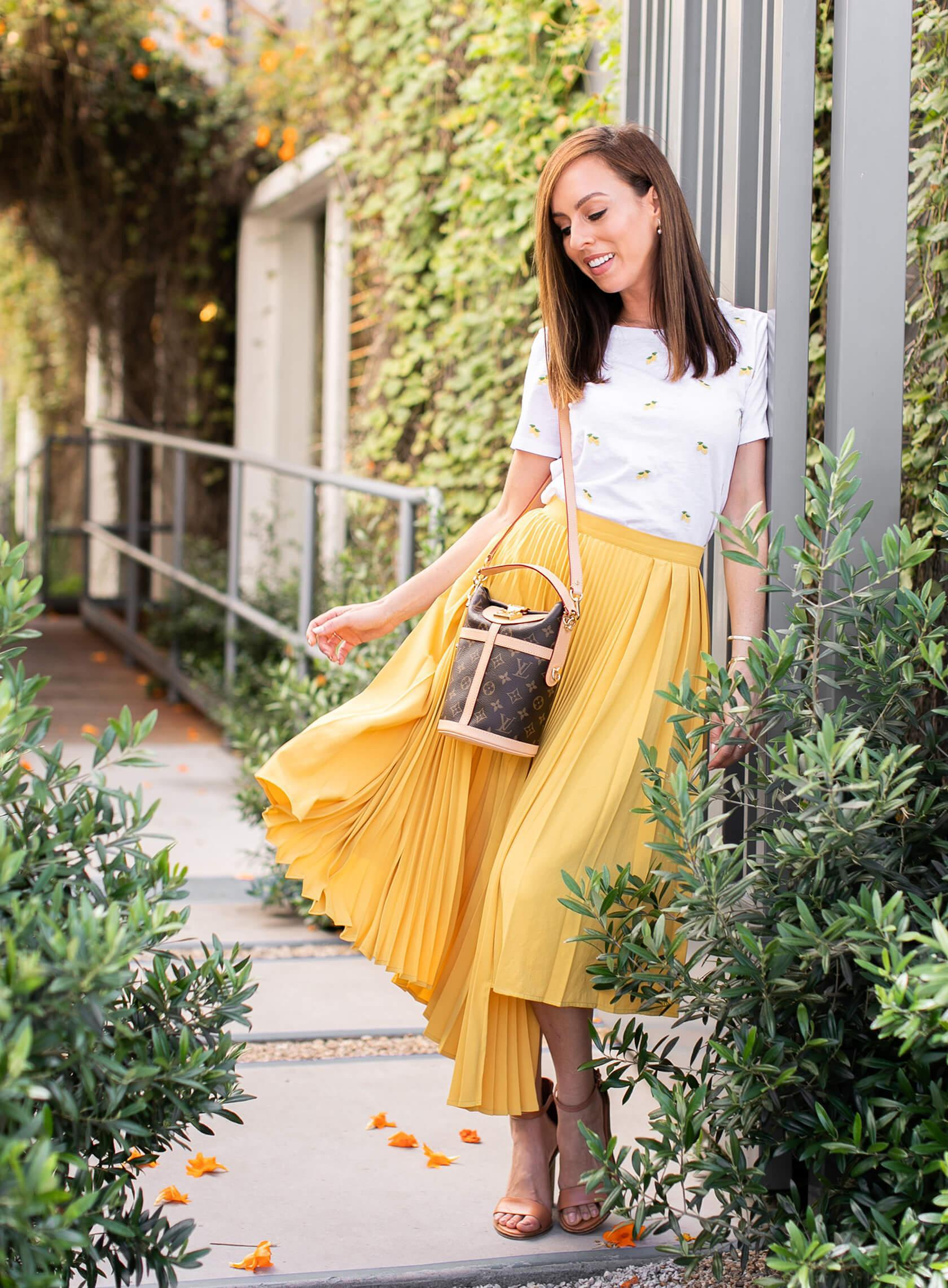 sydne summer's fashion reviews & style tips blogger t-shirt jeans shorts dress skirt shoes bag