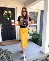 skirt,midi skirt,yellow skirt,sneakers,black t-shirt