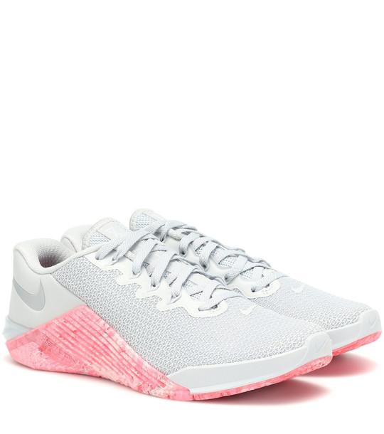 Nike Metcon 5 sneakers in grey