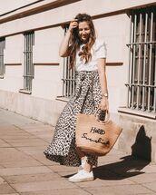 skirt,wrap skirt,leopard print,midi skirt,sneakers,woven bag,white t-shirt