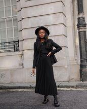 skirt,black skirt,pleated skirt,black boots,black blazer,top