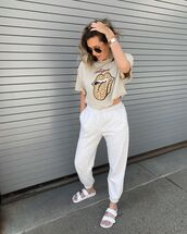top,cropped t-shirt,joggers,white sandals,slide shoes