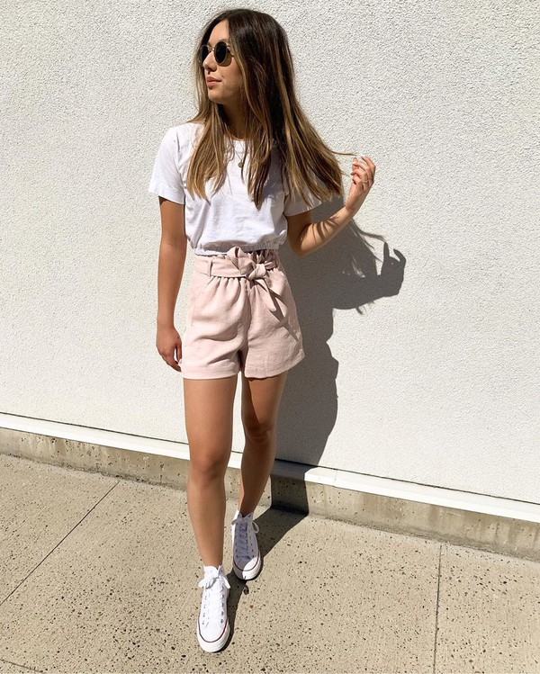 top white t-shirt High waisted shorts sneakers converse