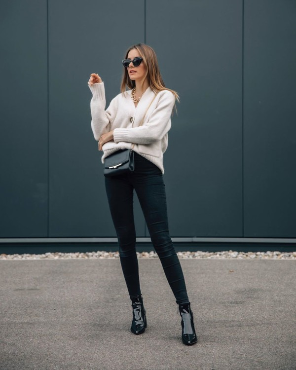 jeans black skinny jeans ankle boots patent boots white cardigan black bag