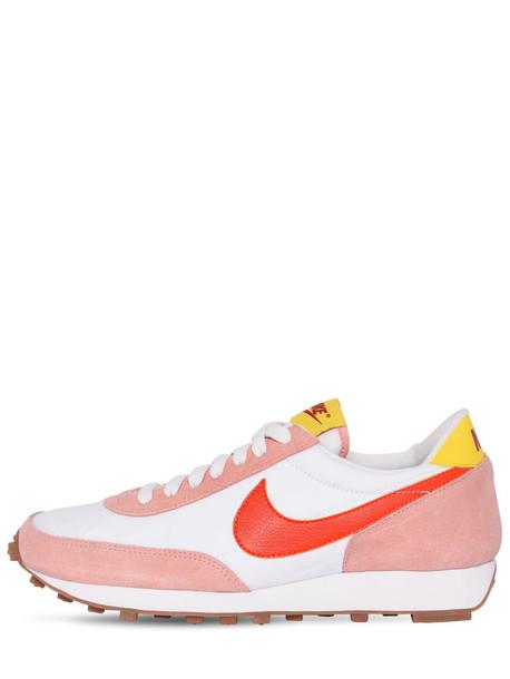 W Nike Daybreak Sneakers in coral