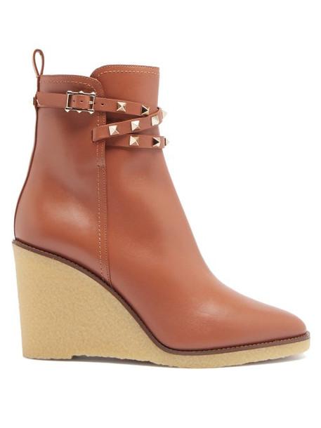Valentino Garavani - Rockstud Leather Wedge Ankle Boots - Womens - Tan