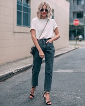 top,white t-shirt,h&m,straight jeans,high waisted jeans,black sandals,black bag,sunglasses