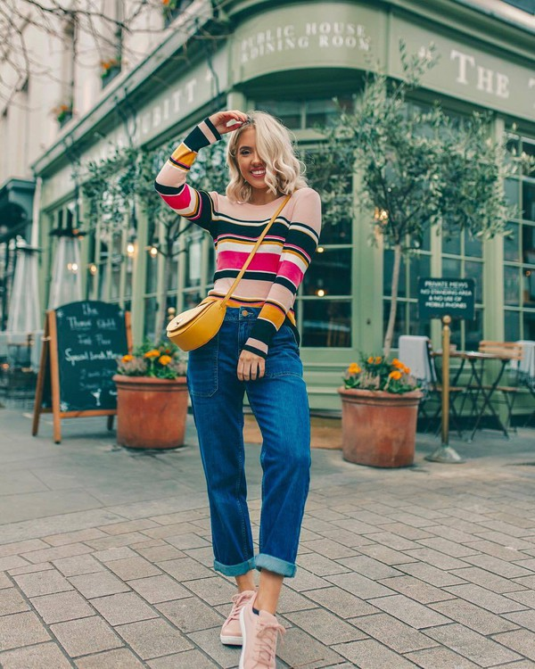 sweater striped sweater mom jeans pink sneakers trainers crossbody bag yellow bag casual streetstyle