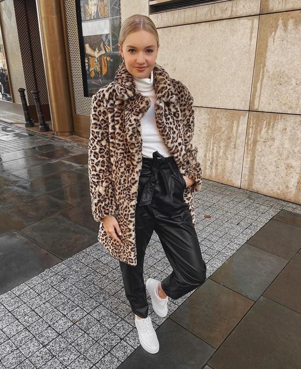 coat faux fur coat leopard print white turtleneck top black pants leather pants white sneakers