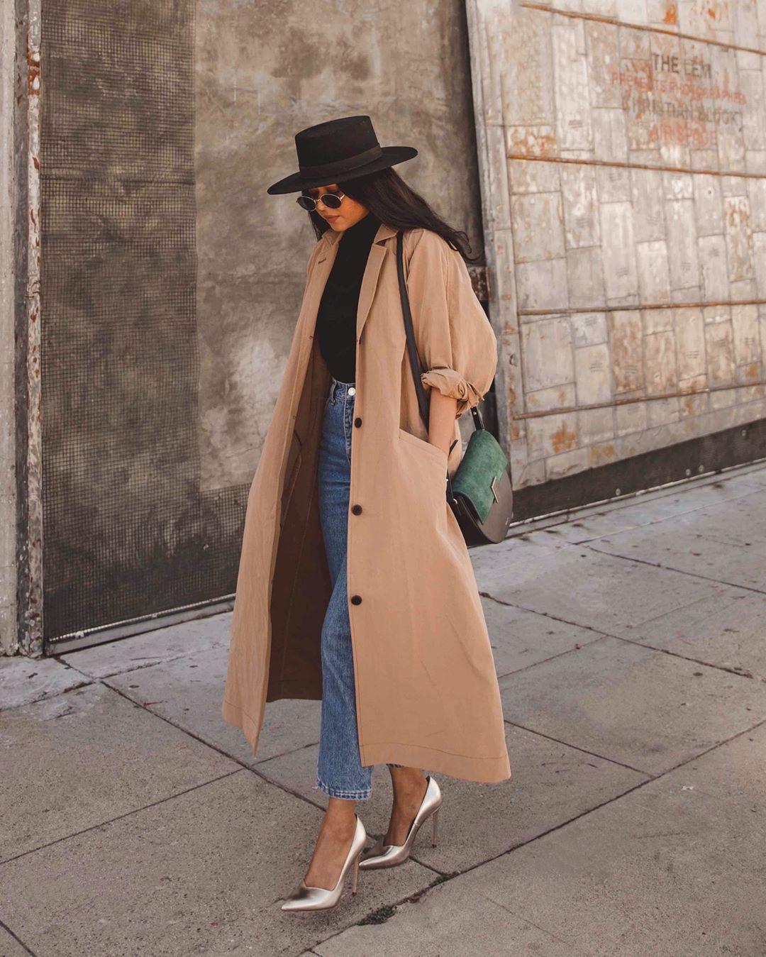 coat trench coat long coat pumps high waisted jeans straight jeans black turtleneck top felt hat