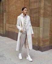 sweater,beige,joggers,white sneakers,oversized coat