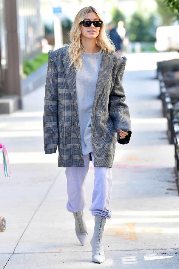 sweater sweatshirt oversized hailey baldwin model off-duty boots sweatpants fall outfits streetstyle
