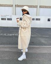 coat,faux fur coat,h&m,white sneakers,leggings,bucket hat