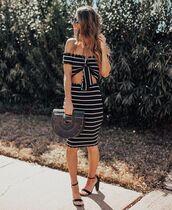 skirt,high waisted skirt,black and white,black sandals,black bag,wood,crop tops
