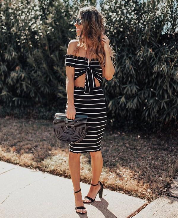 skirt high waisted skirt black and white black sandals black bag wood crop tops