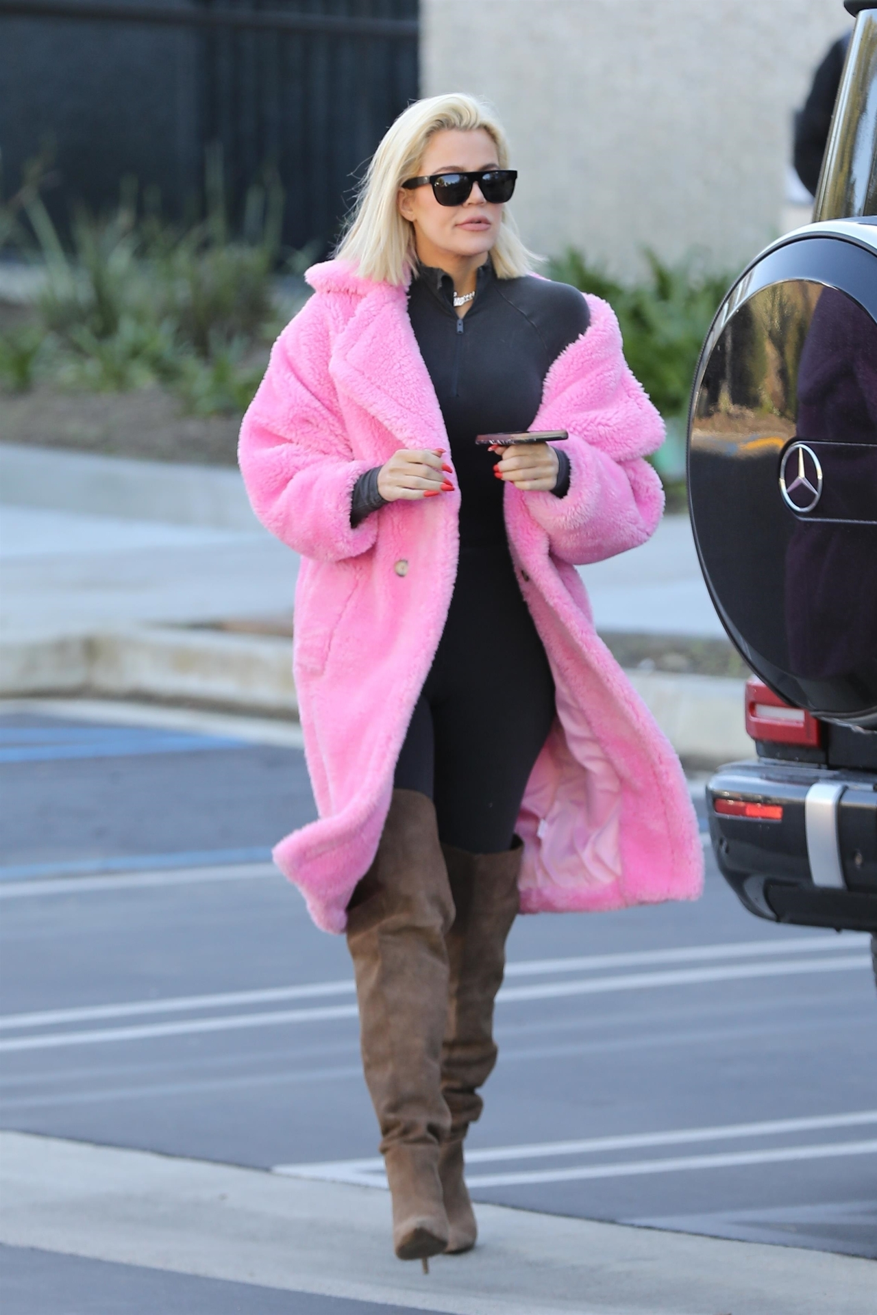 coat fur fur coat faux fur faux fur coat pink khloe kardashian streetstyle boots leggings kardashians