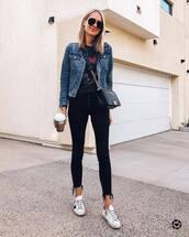 jeans,skinny jeans,black jeans,cropped jeans,white sneakers,black t-shirt,denim jacket,black bag,crossbody bag