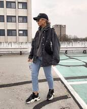 jacket,denim jacket,oversized jacket,black sneakers,skinny jeans,hoodie,belt bag,cap