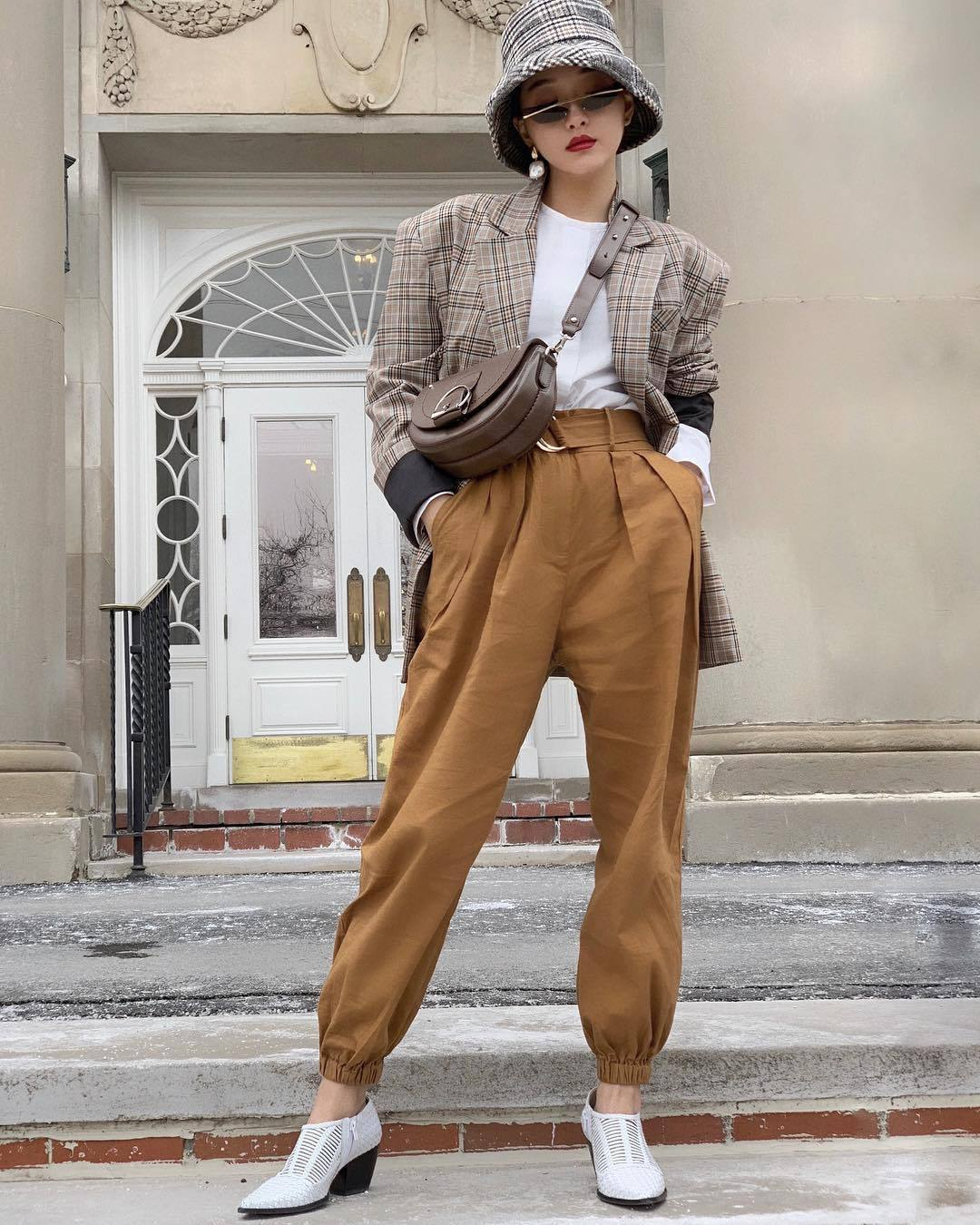 pants high waisted pants pleated white shoes white top plaid blazer bucket hat brown bag