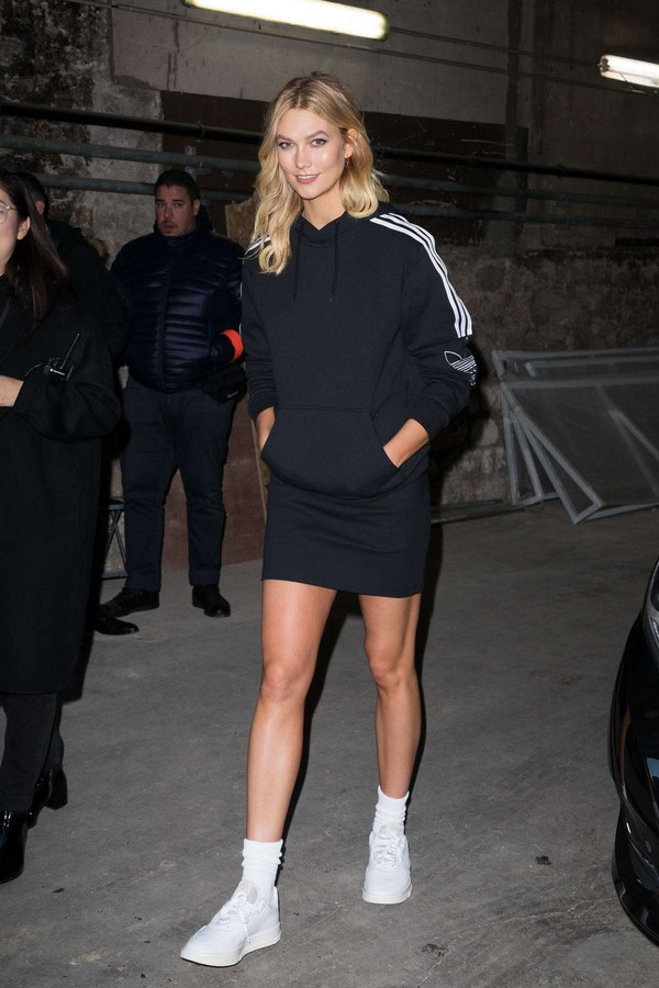 sweater skirt mini skirt hoodie karlie kloss sneakers model off-duty