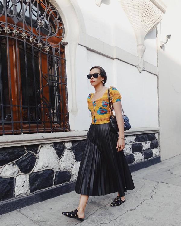 skirt black skirt pleated skirt high waisted skirt bcbg mules black bag gucci bag shoulder bag top puffed sleeves sunglasses