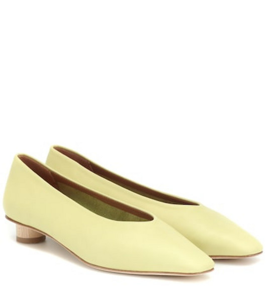 LOQ Paz leather pumps in yellow