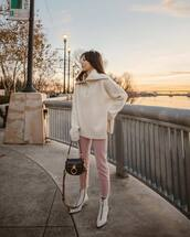 sweater,knitted sweater,oversized sweater,white sweater,white boots,ankle boots,pants,shoulder bag,turtleneck