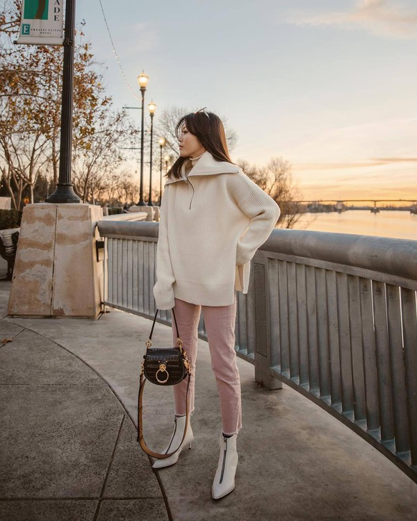sweater knitted sweater oversized sweater white sweater white boots ankle boots pants shoulder bag turtleneck