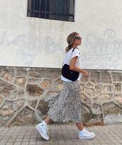 skirt,midi skirt,leopard print,white sneakers,white t-shirt,black bag