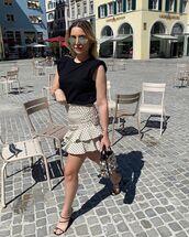 skirt,mini skirt,ruffle,polka dots,black sandals,black top,bag