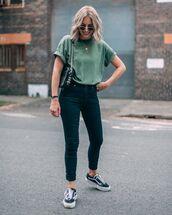 jeans,black skinny jeans,black sneakers,vans,t-shirt,bag