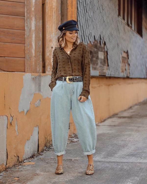 top shirt high waisted jeans boyfriend jeans mules beret