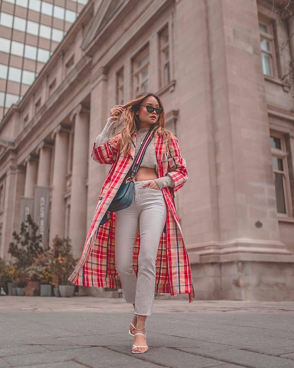 jeans white jeans cropped jeans white sandals plaid trench coat sweater crossbody bag