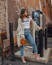 sweater,oversized cardigan,knitted cardigan,mom jeans,pumps,brown bag,white t-shirt