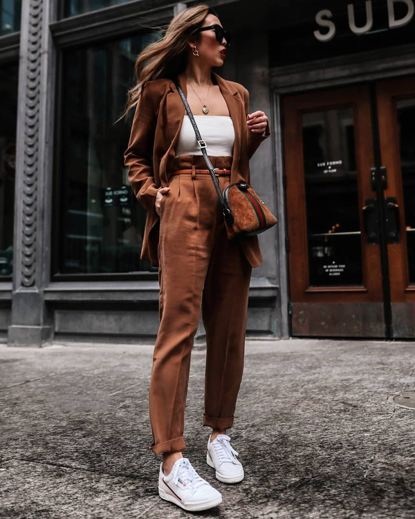 pants high waisted pants pleated white sneakers blazer white top brown bag gucci bag
