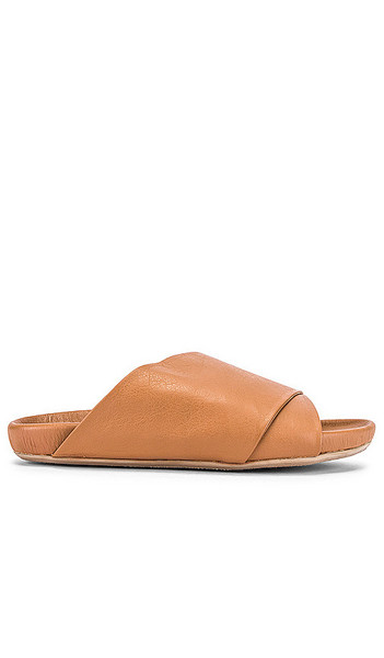Beek Kea Slide in Tan in natural